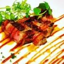 店長渾身の自家製厚切りローストビーフが大人気です!ご来店の際はぜひお召し上がり下さい!他にも自家製の燻製お肉料理など!