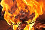名古屋コーチン炭火焼 新鮮な名古屋コーチンモモ肉をレアの状態に焼き 炭で焼いたお料理!!肉の軟らかさと旨み、炭の香りの コラボレーション。