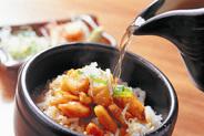 名古屋コーチンまぶし飯 地鶏坊主〆めお料理1番人気。名古屋コーチンに特製のタレを上からかけ、そまま食べて頂きその後に自慢のダシを提供するのでまぶして食べたらさらに旨みがでて1度食べたら止まりません。