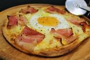 ピッツァ ビスマルク¥980ベーコン・卵・モッツラレアチーズ。