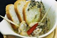 牡蠣のアヒージョ¥890 ぷくぷくの牡蠣のガーリックオイル煮。バケット付。