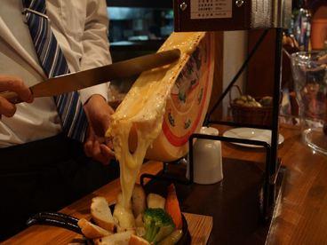 『ラクレットチーズ』 ¥1880 スイス輸入の機材で溶かしたラクレットは濃厚です。ソーセージ、バケット、じゃがいも、にんじん、ブロッコリーにとろ〜り!体験したい方は一声おかけ下さい♪