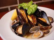 『ムール貝とあさりの白ワイン蒸し』¥1080 海鮮の甘みがたっぷりでるため、多くのお客様がバケットを最後に頼まれます。