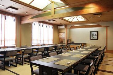座イスが嬉しい広々とした宴会場は、50名様まで収容可能