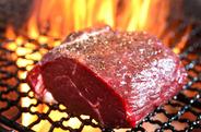 旨みと香りが凝縮されたドライエイジングビーフを、炭火で焼き上げて豪快に!