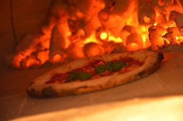 石窯で焼きあげる本格ナポリ風ピザ