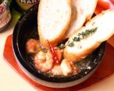 石鍋!海老のアヒージョ。石鍋でおだしするので、冷めにくい注文率90%以上のオススメアヒージョ!¥820