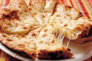 スバカマナ人気No.1メニューのチーズナン! お持ち帰りもOK!わざわざ遠方から、チーズナンを目当てに通う方もいるんだよ