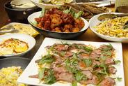 ディナータイムにはローストビーフなどのお肉料理も!
