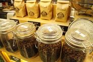 自社工場で焙煎する新鮮なコーヒー豆
