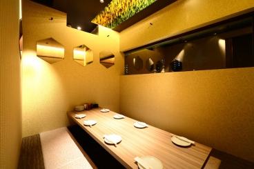 【デザイナーズ完全個室】 大人気の完全個室!6名様~10名様まで入れる個室は、接待、宴会、コンパと様々なシーンで活躍♪  最高な雰囲気で東北料理と日本酒で舌鼓。毎日ご予約で埋まるのでお早めに