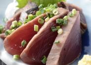 【気仙沼かつおのたたき】 生鮮ガツオ水揚げ日本一を誇る気仙沼。  マグロのトロのような美味しさで、気仙沼ブランドとして人気があります!