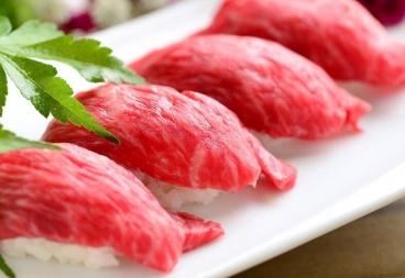 お客様にも大人気! 松阪牛炙り握り寿司おくちに入れたらすぐさまなくなり、お客様を満足させること間違いなしの一品になっております!