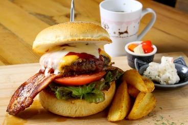 こだわりのハンバーガーは一日15食の限定メニュー!
