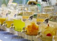 ランチとセットのフリードリンクは、旬のフルーツを使用したデトックスウォーターなど、いろいろ楽しめ大人気!