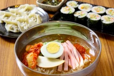 冷麺・のり巻き・水餃子など人気の韓国料理♪