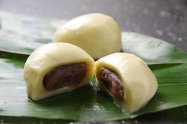 ひとつひとつ真心を込めて仕上げる麩まんじゅう。生麩であんを包んだ麩まんじゅうは普通のおまんじゅうとは違うその食感と上品な甘さが特徴の和菓子。丁寧に手作りして笹の葉でそっと包み込む逸品。