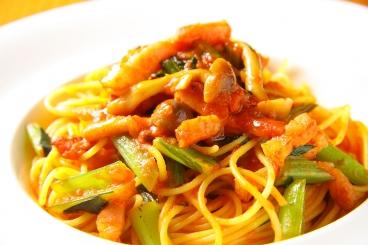 ベーコンとしめじと小松菜のトマトスパゲティー(日替わりパスタの一種)