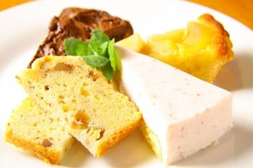 ケーキやアイスデザートすべて自家製! やさしい甘さで素材の味を生かしたデザートを目指しているよ