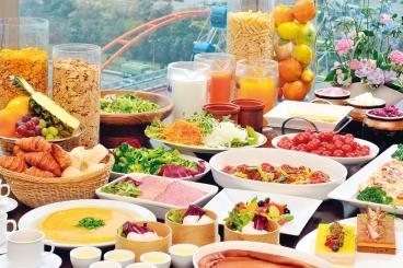 選べるメイン料理と、オードブル・サラダ・パン・ライス・スープ・デザート・ ソフトドリンクをお好きなだけ!贅沢な時間を過ごせるね。ゆっくりしたい人は時間制限のない平日がおすすめ!お子様用メニューもあるよ