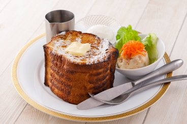 モーニングは、自家製のポテトサラダ、フリードリンクつき。フレンチトースト、サンドウィッチ、バタートーストからチョイス。落ち着いた空間で、朝のひと時が楽しめます。