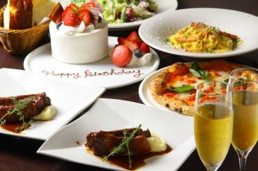 記念日コース(3,600円税別)サラダ、自家製フォカッチャ、パスタ、ピッツァ、メイン料理、ホールケーキ、ドリンク。誕生日等のお祝いに!ケーキにメッセージもOK!最高のサービスでサプライズ大成功!
