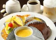 スイーツも全て手作り!「ショコラ」「クリームブリュレ」「チーズケーキ」「洋梨のタルト」「フルーツタルト」など、ショーケースから好きなものを選んで美味しいカフェタイムも♪