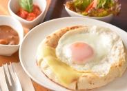 【平日限定】「うふdeピザ」730円 オリジナル鶏カレー&有機トマト使用ソースで、卵の黄身と絡めてお召し上がりください