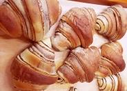 「惣菜パン」のコーナーも種類豊富に並ぶよ!