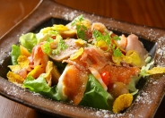 「メリメロサラダ」(680円税別) 生ハムやうずら卵、海老やサーモンをごちゃ混ぜにのせた一番人気のサラダ