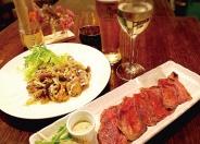 「チキンローストバジル風味」おかずのみ880円。サラダ、スープ、デザート付プレートは1,480円(税別)。カフェ飯を超えた本格的な料理がじわじわと評判になっているよ。
