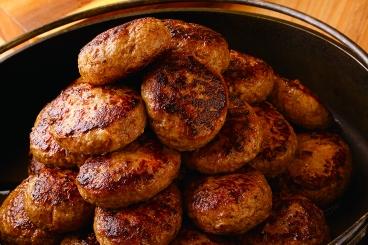 大人気メニューの「熟成牛ハンバーグ」「自家製ローストポーク」「タンドリーチキン」などは、約20分に1回焼き立てが出てくるのも嬉しい♪