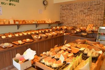 広い店内でゆっくり好きなパンを選ぼう!イートインスペースもあり。