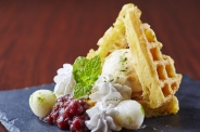 和っふる バニラアイス添え(520円) 温かいワッフルに冷たいバニラアイスのコンビネーションは格別!小倉と白玉を添えて。