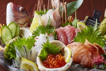 魚の宝庫!三河湾・形原漁港直送の獲れたて鮮魚の豪華盛り合わせ!「絶巓盛」3~4人前・姿盛り付で2,980円!