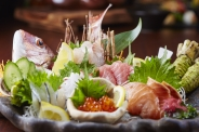 魚の宝庫・三河湾形原漁港直送の獲れたて鮮魚 お造り盛り合わせ〈姿盛り付〉「絶巓盛り」3~4人前(2,980円)