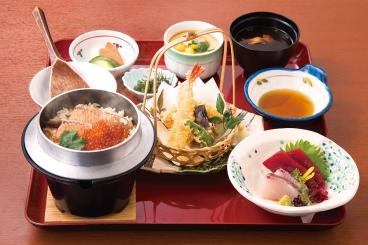 刺身と天ぷらの付いた「鮭いくら釜飯膳」(1,580円税別)。鮭といくらの出汁が染み込んだ炊きたて釜飯をぜひご賞味ください。