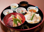 「竜宮膳」(1,980円税別)   新鮮ネタの海鮮丼に天ぷらもついた人気のセット。