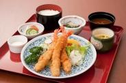 「よくばり三昧丼」(2,580円税別)ミニ丼が3つも付いたボリューム満点のセットです。