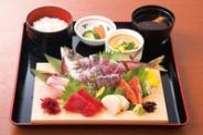 あじ姿造り付本日の鮮魚五点盛り。お刺身好きにはぴったりです「お刺身盛合せ定食」(1,650円税別)