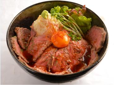 「ローストビーフ丼」!やわらかお肉が110gも乗ってボリューム満点!