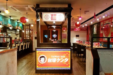 まるで台湾夜市に紛れ込んだかのような、こだわりの店内。臨場感溢れるオープンキッチンや、一人でもOKカウンター席、ゆったりソファー席、夜市を感じさせるやぐら席、最大60名までの貸切と使い勝手抜群!!