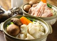 地元八丁味噌のタレを使った「蒸し焼鍋」や、さいかオリジナル「ホルモンすき焼」