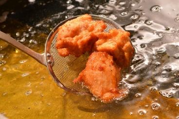 唐揚げは、サクサク高温揚げとスパイシージューシー低温揚げの食べ比べができるよ(680円税別)
