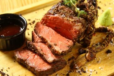 超肉厚リブロースのNYカットステーキ200g1,680円(税込)分厚く豪快に切り分けるのがNYカット。肉の旨味を存分に味わって。燻製塩とわさびでどうぞ
