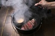 ダッチオーブンで作る牛ZABUTONの瞬間燻製 100g/1280円 当店看板メニュー!口いっぱいに広がる希少部位の肉の旨味と燻製の香りが最高。