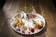 鮮魚のお造り盛り合わせ(2~3人前)/¥1890 見て食べて美味しい、豪華鮮魚のお刺身盛り合わせ。