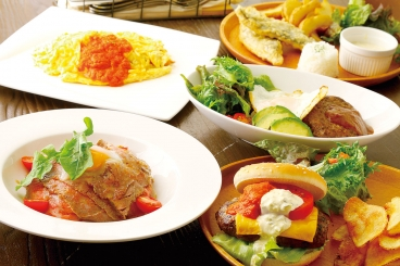 ランチメインは「和牛ローストビーフ丼」「和牛ロコモコ丼」「特製ハンバーガー」(サラダ・チップス付)「半熟卵のオムライス」「Spur風フィッシュ&チップス」から選べるよ。前菜バイキング&ドリンクバー付き