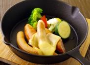 【ソーセージと野菜の盛り合わせ】+480円(税別)でラクレットチーズも! 専用のオーブンで温めて溶かしたとろ~りチーズとの相性は抜群★