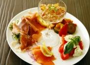 【前菜盛り合わせ5種】手の込んだオススメ料理ばかりを華やかに盛り付け。 迷ったらまずはコレ!